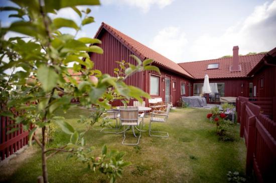 De traditionellt röda husen i Kullavik, med modern touch tar hem arkitekturpris i Kungsbacka kommun.