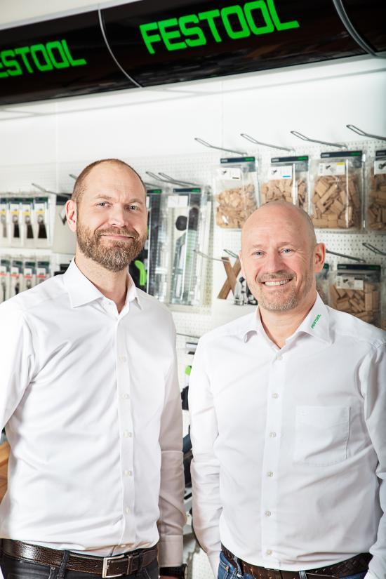 Martin Andersson, National Sales Manager för Festool i Sverige, (till vänster i bild) och Michael Petraus, National Sales Manager för Festool i Danmark, (till höger i bild) ansvarar för att rulla ut Festools nya selektiva distributionssystem i de två länderna. Det nya återförsäljaravtalet ställer krav på de utvalda återförsäljarna: försäljning till professionella hantverkare, utställning enligt Festools riktlinjer, produktkunskap och minimiomsättning.