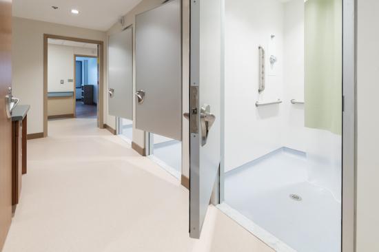 Rockville Hospital (Behavioural Health Unit), Connecticut, USA, använder en kombination av väggsystemet Altro Whiterock och stegsäkra Altro Aquarius som både är lätt att rengöra och reducerar halkrisken till en på miljonen genom hela golvets livstid.