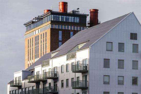<span>Neptuns solpaneler med Steam hotell, det gamla ångkraftverket, i bakgrunden.</span>