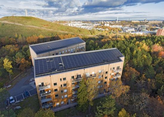 """På bilden syns Kvarteret Taklampan i Stockholm som har solceller på taket och som fick föreningen Svensk Solenergis hedersomnämnande """"Årets anläggning 2017""""."""