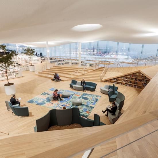"""Den översta våningen kallas för """"Bokhimlen"""" Dess speciella uttryck är skapat med hjälp av 4450 m2 Rockfon Mono Acoustic."""