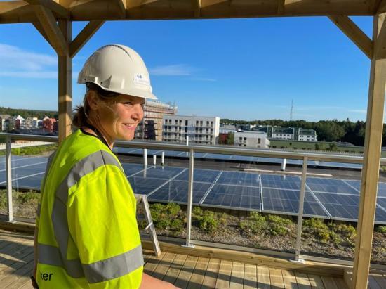 <span>Sveafastigheters projektchef &Aring;sa Hansson på Rudbeckiastak, som rymmertakterrass, sedum och solceller.</span>