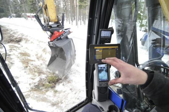 Funktionen, som kallas Automatic Grade Control, innebär att tiltvinkeln anpassas automatiskt efter modellen i grävsystemet och att föraren kan fokusera på höjden och rotationen.