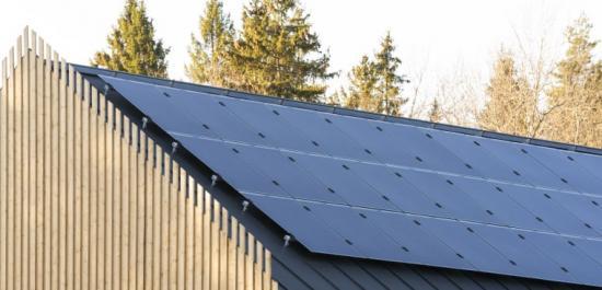 Solcellspanelerna är installerade på skolans tak.
