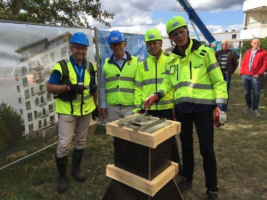 I samband med byggstart gjordes en symbolisk första gjutning där representanter från Ystadbostäder och NCC tillsammans gjöt en grill.