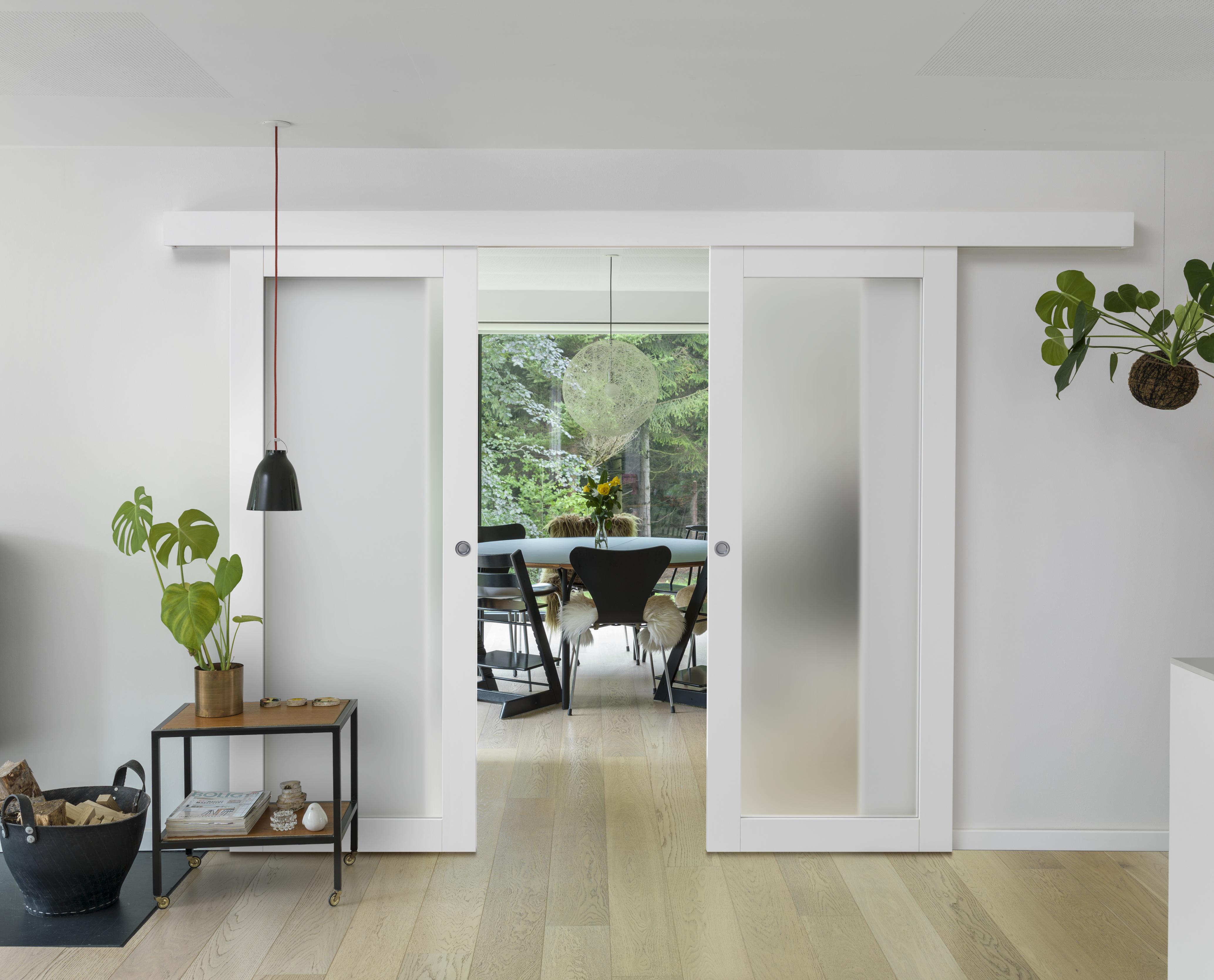Utanpåliggande skjutdörr behöver bara väggutrymme för att monteras och sparar värdefull golvyta för att öppna och stänga dörren.