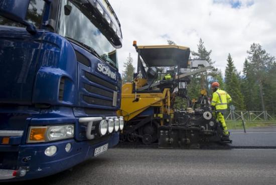 Arbetsdagen för vägarbetare är riskfylld. Varje dag arbetar de intill trafik och tunga fordon.