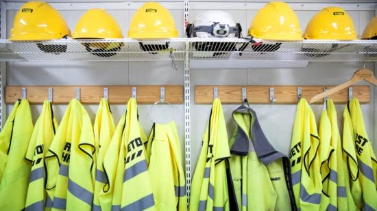 Regeringens mål är att var fjärde bygghjälm ska sitta på en kvinnlig medarbetare år 2030.