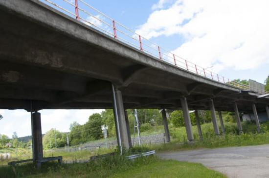Järnvägsviadukten är byggd 1932 och i så dåligt skick att den måste rivas och ersättas av en ny.