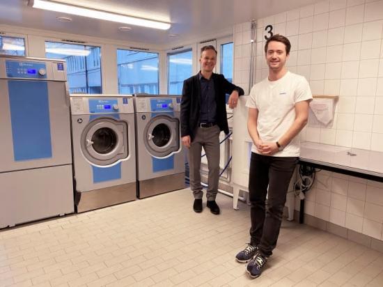 Per Limdal och Robin Griffiths i tvättstugan på Pennygången, där det pågår en testpilot för att se hur tvättningen kan bli mer resurseffektiv och miljövänligare, genom att installera en mimbox.