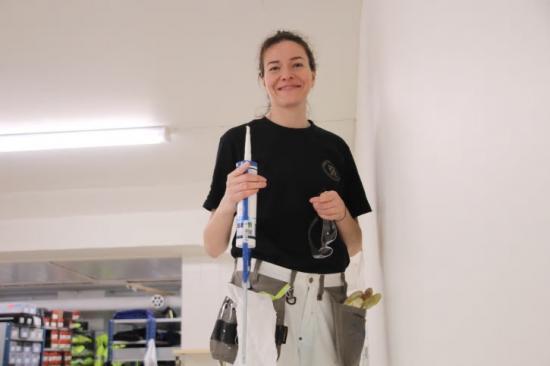 Mariia Smirnova trivs med utbildningen som innehåller mycket praktiska studier. Nu är det dags att tillämpa det hon lärt sig när hon håller på med renoveringen av Utbildning Nords förrådslokal.
