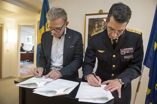 Ola Månsson, vd Installatörsföretagen och Micael Bydén, överbefälhavare för Försvarsmakten