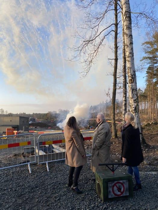 Nybyggarna Annethe Andersson och Amanda Brown Stjärnå och kommunens Kristian Vramsten tog ett gemensamt grepp om framtida hem.