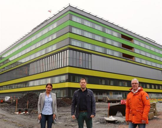 Frida Olausson Lindh, Anders Gustafsson och Lars Holmström går från NCC och projektet Drottning Silvias Barnsjukhus (bilden) till Serneke och Karlatornet.
