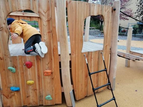 All lekplatsutrustning består av naturmaterial.