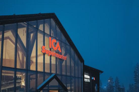 Huvudentréns stora glasparti lyser upp i vintermörkret.