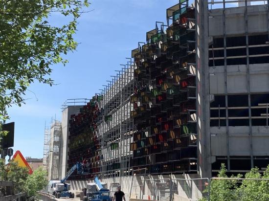 Montering pågår av de färgglada solcellsmodulerna för garaget i Mölnlycke Fabriker.