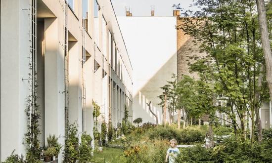Fotografi från boken Bostadsgården – territoriell arkitekturs framsida.