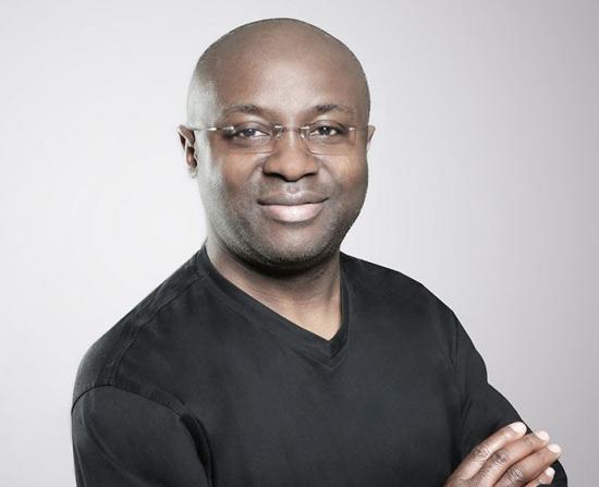 Konstruktören och arkitekten Paul Esombi Ekema är denallra första innovationsutmärkelsen inom initiativet, för sina framgångar med att sprida idén kring Open Source Wood.