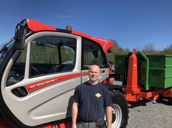 Peter Hjelm ägare av Stora Vika EAB framför sin nya maskin.
