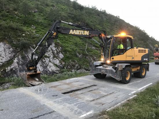 Lonbakkens färistar är enkla att montera, men det kan behövas en hjälpande arm när det ska grävas för fundament.
