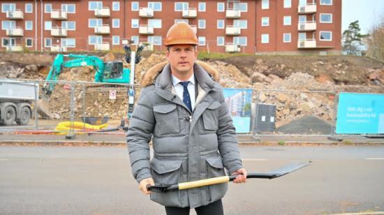 Hampus Magnusson, ordförande i byggnadsnämnden i Göteborg, tar första spadtaget för ByggVestas lägenheter i Högsbo.