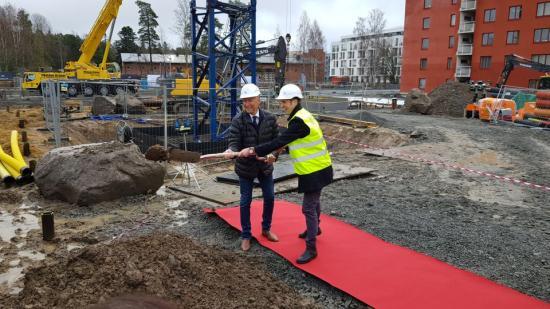 Erik Pelling (S), ordförande mark-och exploateringsutskottet och Hans Wallenstam, VD Wallenstam, tar tillsammans första spadtaget.