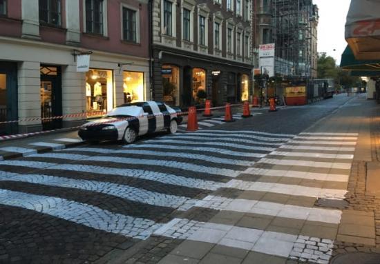 Under natten mellan torsdag och fredag målades Klostergatan och Stora Gråbrödersgatan om. Färgen som används är snabbtorkande och slits också bort inom ett par veckor.