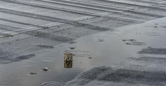 Takytor samlar mycket regnvatten och felaktig takavvattning kan orsaka kostsamma skador på byggnaden.
