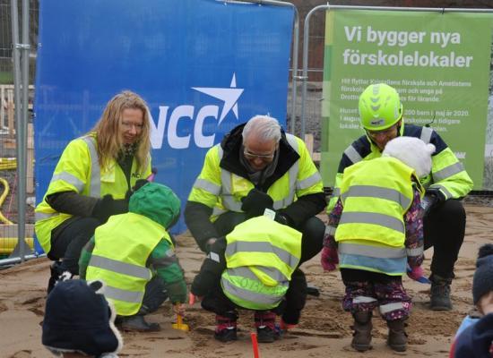 Vid spadtaget medverkade Maria Winberg-Nordström, ordförande Barn- och utbildningsnämnden, Peter Janson, ordförande Fastighetsnämnden, och Tobias Holmqvist, avdelningschef NCC samt barn från närliggande förskolor.