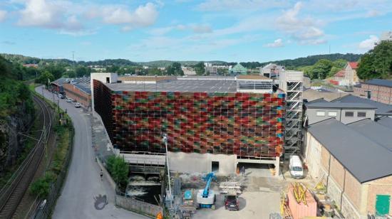 Bolag inom Soltechkoncernen ligger bakom konstruktionen av den nästan 900 kvadratmeter stora färgglada solcellsfasaden till garaget i Mölnlycke Fabriker.