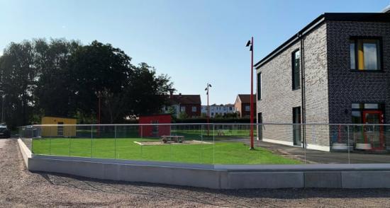 Glasräcke på nybyggd förskola.