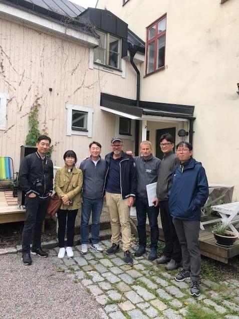 Dag Sedin och Thomas Lindhe tillsammans med representanter från Sydkorea.