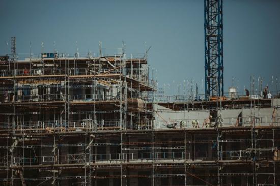 Motstridiga signaler för bostadsbyggandet 2020.