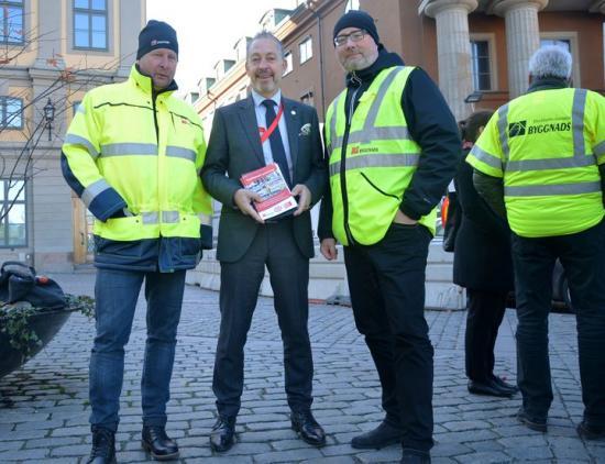 Tomas Kullberg, ordförande Byggnads Stockholm/Gotland, Lars Mejern Larsson (S) och Jonas Sjöberg, ordförande Byggnads Skåne.