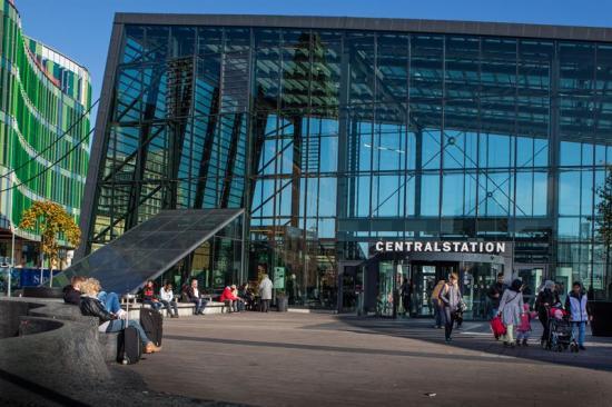 Glashallen på Malmö Centralstation får ett stort byggplank prytt med graffiti.