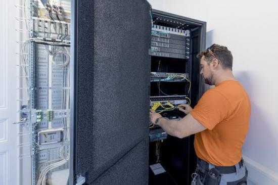 Schneider Electric och partnern Örnsbergs El & Data hjälper det kommunala fastighetsbolaget SISAB att modernisera IT-infrastrukturen på 120 grundskolor i Stockholms kommun.