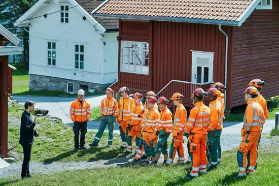 Jörgen Watne Frydnes är verksamhetsledare på Utöya. Här berättar han om öns historia och framtid för Peabskolans elever.