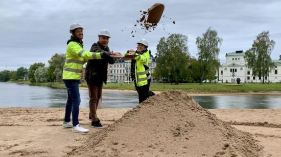 Kommunens byggledare Johan Härdne, Erik Nilsson kommunalråd och projektledare Louise Thyberg tar ett första spadtag för Residensparken.