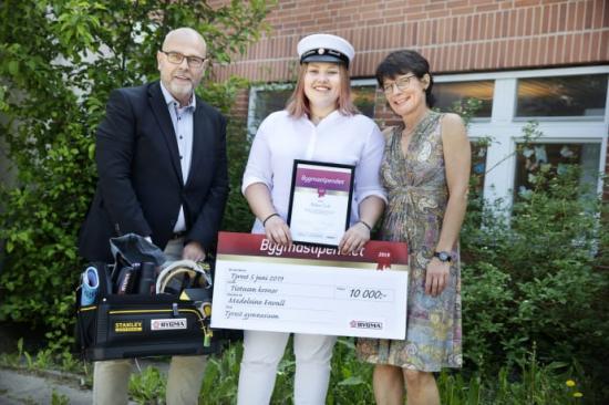 På bilden: Klas Widman (platschef Bygma Tyresö), Madeleine Envall och Lena Beskow (rektor Tyresö gymnasium).