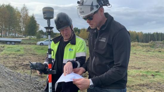Innan arbetet med schaktning och grävning kunde påbörjas var Torbjörn Öberg, mätningsingenjör på Samhällsbyggnad, på plats för att märka ut platser och nivåer för arbetet. Här ses han gå igenom planen med Daniel Gustavsson från Eggvena schakt.