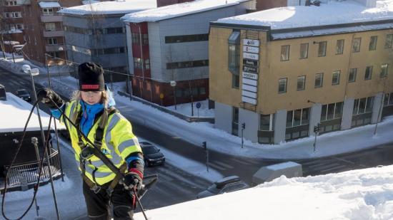 """Takskottare som är licenserade enligt """"Skotta säkert"""" har god kunskap om hur de ska arbeta för att undvika skador på fastigheter, personer och egendom."""