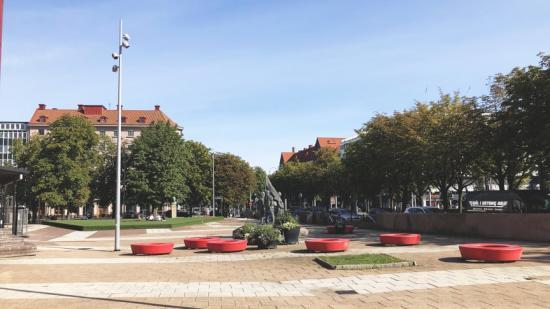 Under kommande veckor samlar park- och naturförvaltningen in synpunkter på hur Olof Palmes plats kan bli mer trivsam, trygg och tillgänglig.