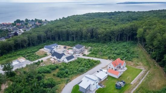 Bilden är tagen i juli 2020 och föreställer området i Hörvik där de kommunala villatomterna precis sålt slut. Finns att ladda ner som högupplöst pressbild via länk nedan.