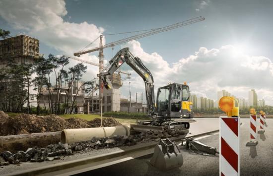 Arbetsbild på Volvo EC60E bandgrävare.