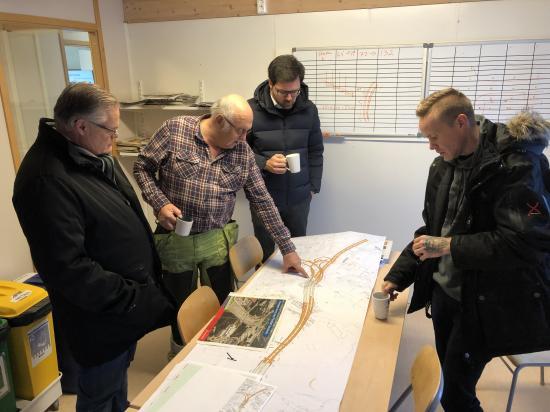 Hans Torstensson, från entreprenören som har avtalet på delen vid Sätra och Sätra hamn, Subterra,visade ritningar, som uppdateras kontinuerligt under projektets gång.