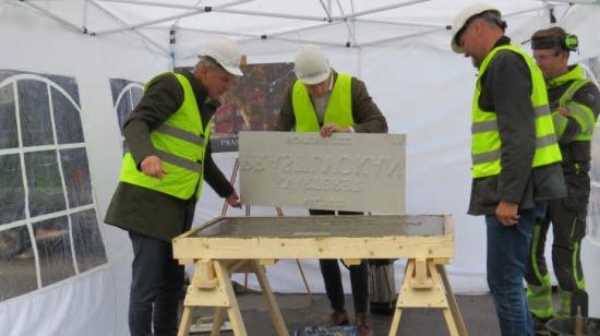 Representanter från Alingsås Kommun, Skara Stift och Tornstaden tillverkade gemensamt en betongplatta med inskriptioner till kvarterets innegård, som en symbolisk invigning för projektets byggstart.