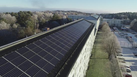Hela 654 kvadratmeter solceller på taken på Hammarkulletorget 31-51 kommer producera el som ska användas direkt i husen de är byggda på.