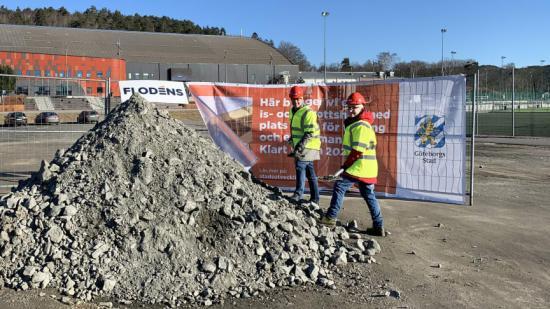 Idrotts- och föreningsnämndens ordförande Magnus Berntsson (KD) och 2:e vice ordförande Bettan Andersson (V) tar ett symboliskt spadtag för att markera byggstarten av Kvibergs Parks nya is- och sporthall.